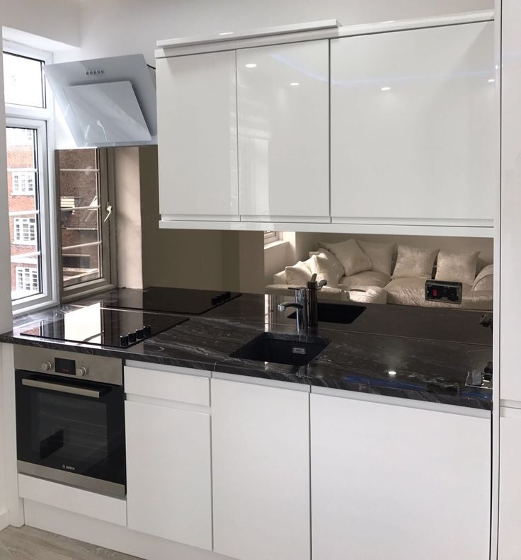 Bespoke bronze mirror splashback supplied and fitted by London Glass Centre to complete this beautiful kitchen.  https://www.londonglasscentre.net
