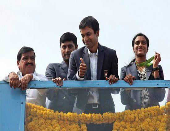 ओलंपिक रजत पदक विजेता पी वी सिंधू और उनके कोच पुलेला गोपीचंद आज सुबह जब अपने घर…