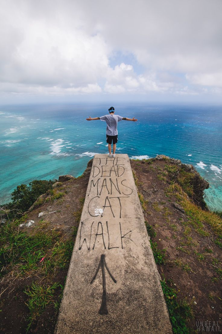 The Dead Man's Catwalk (The Koolau Summit Above Waimanalo) Jumping off spot for hang gliders ...