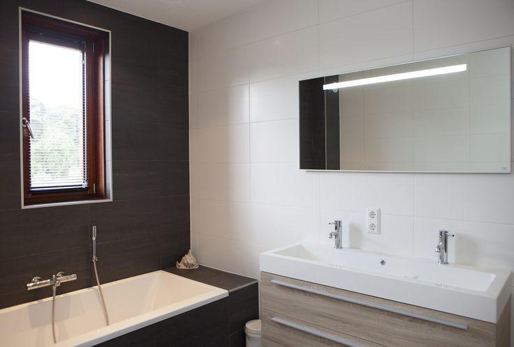 Strak vormgegeven badkamer.