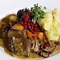 Skjær kjøttet i litt store terninger, brun dem i smør i en vid gryte og dryss over hvetemel. Hell over kraft slik at det står 3/4 opp på kjøttet. Tilsett salt,...