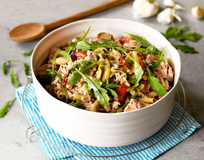 Lettlaget italiensk lunsj med pasta, tunfisk og grønnsaker