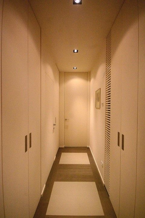Linvisibile Hinged door. Project by Francesca Carpanini architect.  Hallway detail.