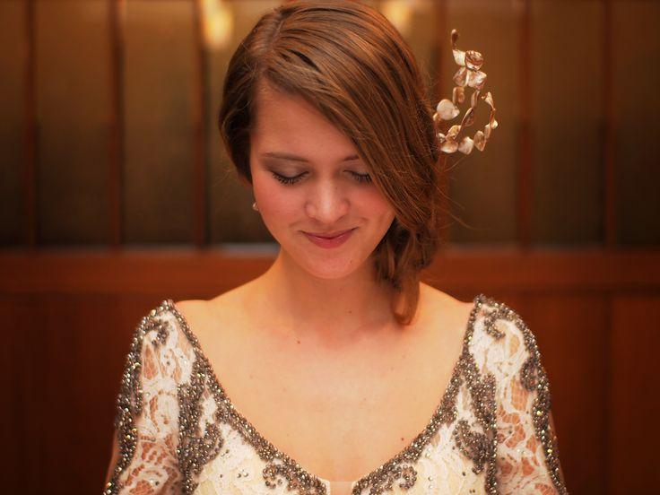Plesové šaty vylepší účes s korunkou z lisované perleti v řeckém stylu.  #ples #radost #sebies