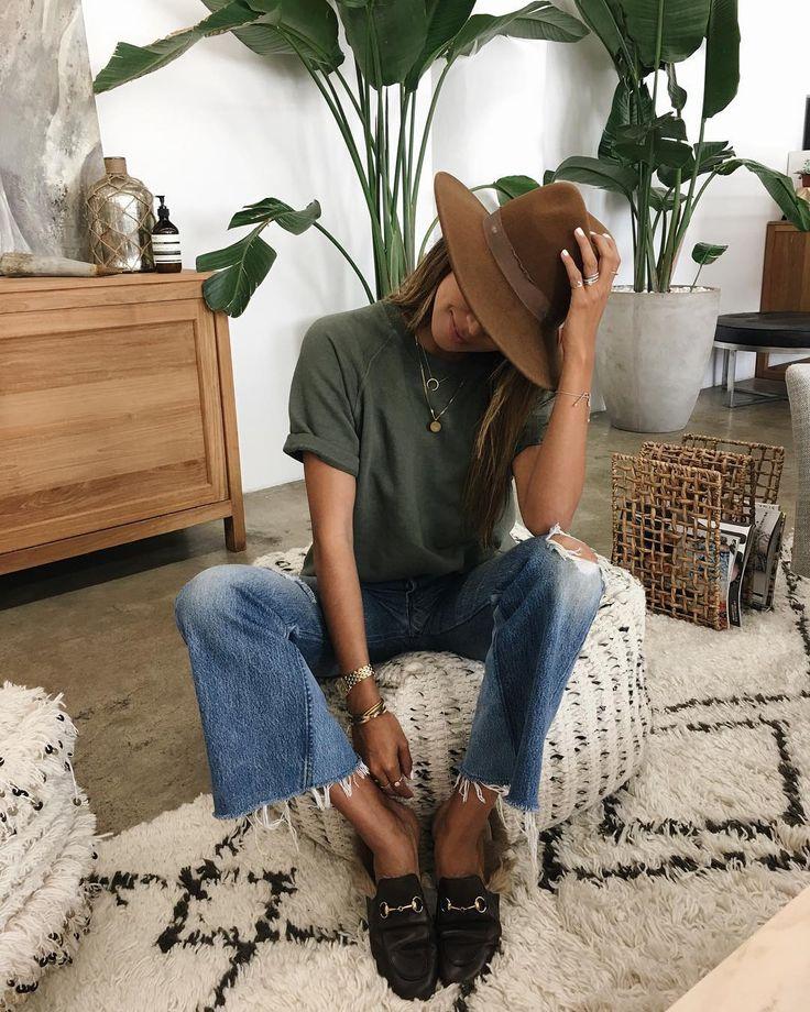 """83.2 mil Me gusta, 529 comentarios - JULIE SARIÑANA (@sincerelyjules) en Instagram: """"Favorite @shop_sincerelyjules Cara sweatshirt is making me miss warm LA weather. …"""""""