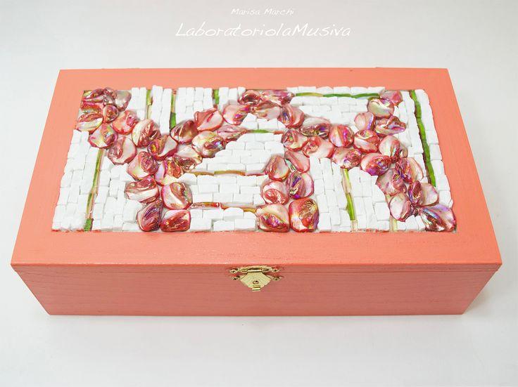 Portagioie in legno laccato color corallo con mosaico in marmo, vetro e madreperle