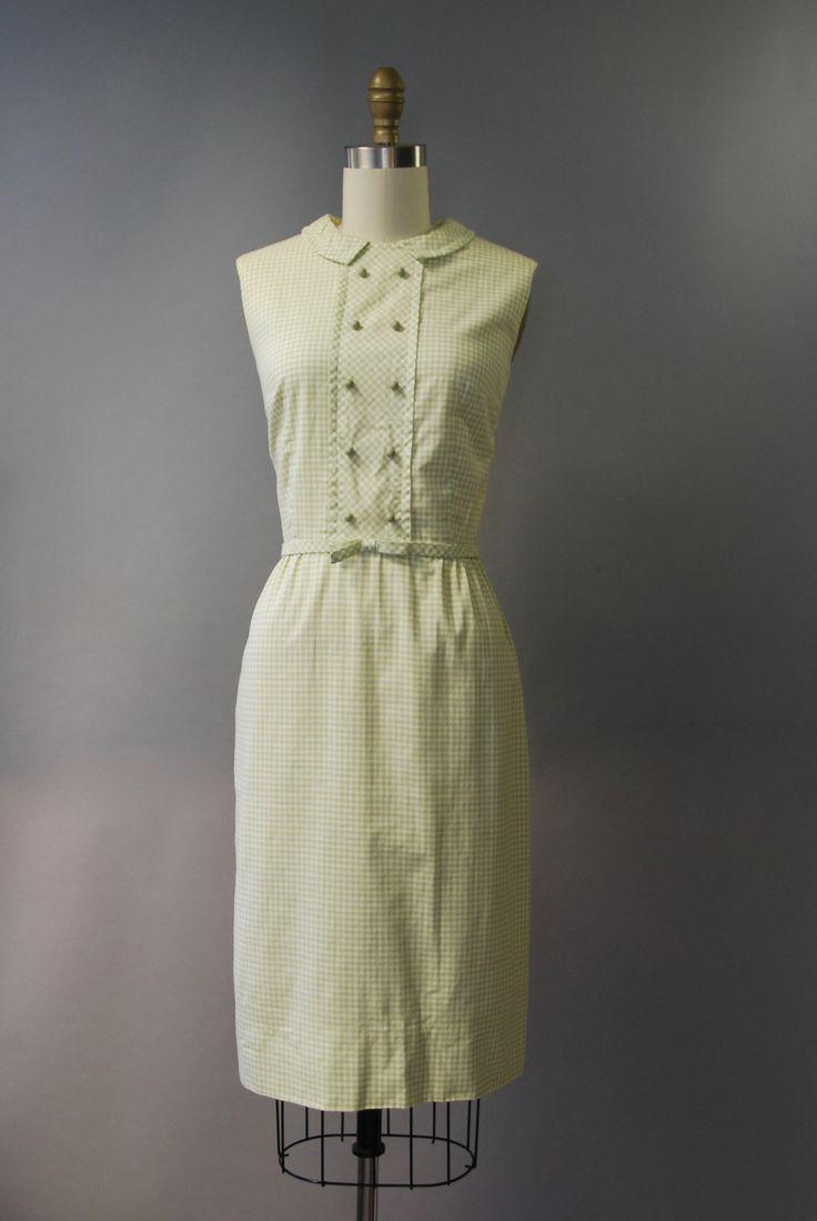 SCHATTIG jaren 1960 pastel groen en wit katoenen jurk met gesmoord taille, slanke wiggle rok, mouwloos bodice, double breasted decoratieve knoppen aan de voorkant, kleine boog in de taille die wraps rond om af te sluiten met een haak aan de achterkant, kleine afslaan kraag en verborgen terug rits. Volledig gevoerd!  voorwaarde: uitstekend, vers schoongemaakte en klaar om te dragen Label: Lanz originelen materiaal: katoen  ---✄---Metingen---✄--- Bust: 34-35 in Taille: 26 schouder aan taille…