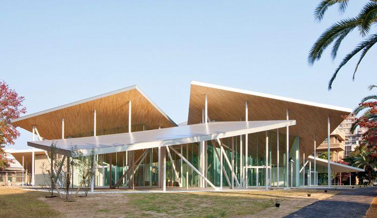 SANAAは、角度の付いた鋼製の屋根の天蓋の下純子福武ホールを配置