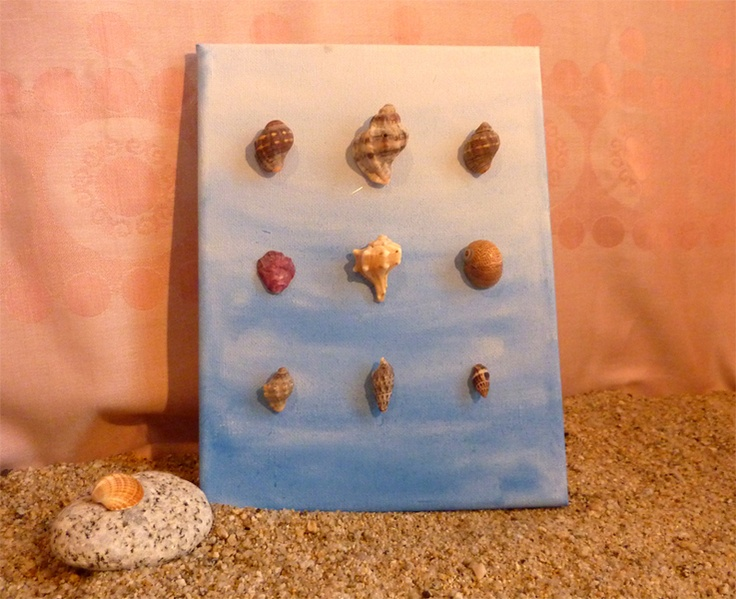 """Telaio dipinto con acquarelli (azzurro """"ombre"""") e diverse conchiglie del Mediterraneo.    Pezzo unico che porta l'ambiente marittima nella casa vos..."""