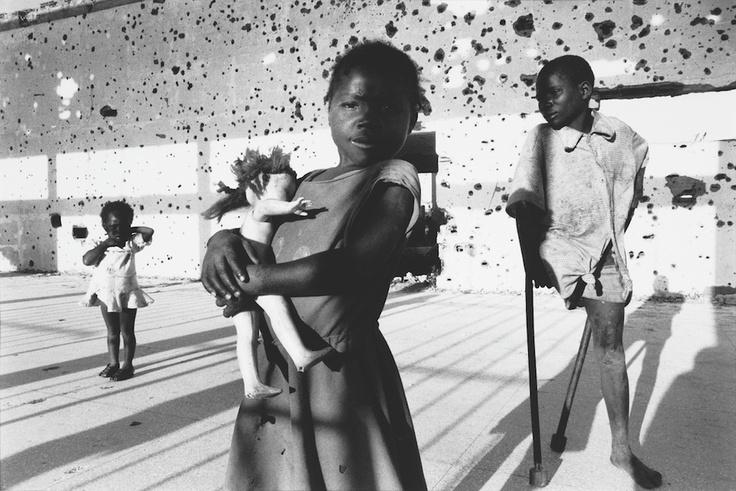 Francesco Zizola es un fotoperiodista italiano que cubrió la guerra de Angola. En esta imagen, tres niños juegan en un lugar antes atacado, y uno de ellos tiene la pierna amputada por una mina antipersona.