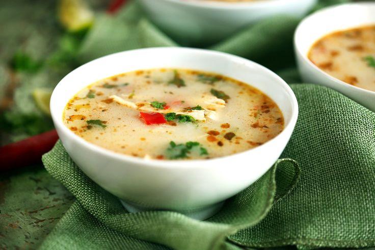 Szuperfinom leves, amit simán ehetsz nyáron is ebédre vagy vacsira. Picit erős a chilitől, frissítő a lime-tól és laktató a csirkétől, szóval irány a konyha, próbáljátok ki ezt a receptet is!