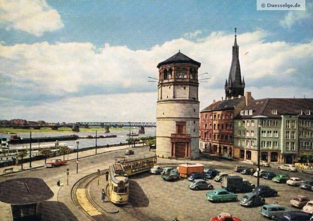 Ein wunderschöne Aufnahme vom Burgplatz mit Schlossturm in Düsseldorf. Leider ist das Jahr der Aufnahme nicht bekannt - (aufgrund der KfZ) vermutlich aus den 50er Jahren