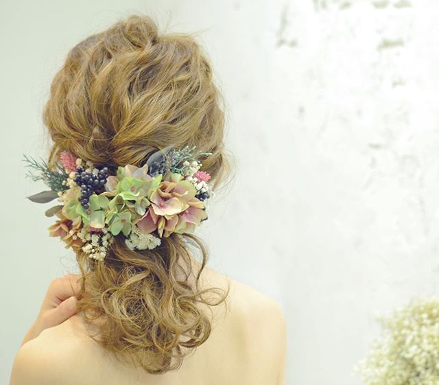 hydrangea〜ボルドー/グリーン〜ヘッドドレスパーツ×17p…♡ price…8200yen ボルドー/グリーンのグラデーションの紫陽花をメインに、7種類の花、実、緑を使って、色味が複雑で奥行き感のあるヘッドドレスに仕上がりました♡ パーツなので、デザインは無限大です♡ まとめて付けるとボリュームのあるコサージュに、散らして付けると髪全体にお花を飾ることができます(*´艸`) 多くの素材をプリザーブドフラワー、ドライフラワーを使用しております。 大変繊細ですので、取り扱いには十分ご注意ください。 天然の素材を使用しておりますので、多少写真と色や形などが異なる場合があります。 ご購入後はいかなる場合でも返品交換は致しかねますので、ご了承くださいm(_ _)m #ウェディング#wedding #ウェディングヘア#ブライダル #bridal #ブライダルヘア #結婚式#結婚式ヘア#結婚式セット#結婚式準備#ヘアアレンジ #ヘアセット #プリザーブドフラワー #ヘッドドレス#プレ花嫁