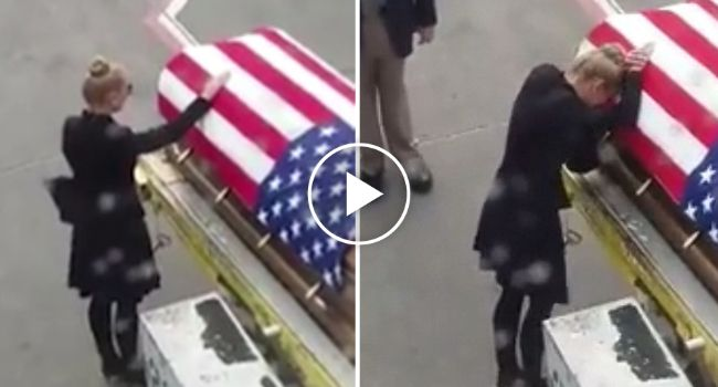 Esposa Recebe Caixão Do Marido Militar No Aeroporto. O Momento Está a Emocionar o Mundo