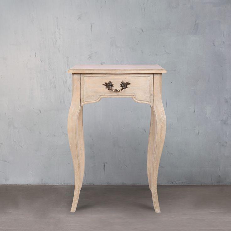 Inilah meja kecil  atau samping dari merek Secret de Maison. Model ini memiliki laci yang berguna dengan sisi bawah yang bentuknya disesuaikan dengan bentuk sisi kaki meja, dan menggabungkan kurva elegan pada masing-masing kaki. Profil dekoratif yang terlihat pada setiap kaki dan di laci depan dan rel samping kaki. Dibuat oleh pembuat furnitur ahli dari kayu Mindi, tukang kayu yang menggunakan metode tradisional dapat membantu keandalan dan kekuatan, dan kayu menyerupai Oak Eropa untuk…