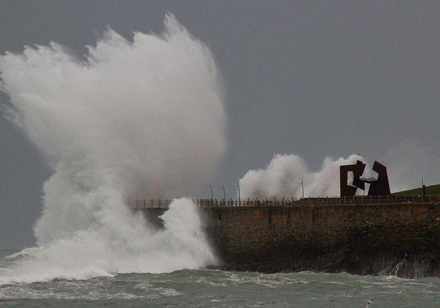 Tempestad 24/02/2015 Temporal,paseo nuevo y peine de los vientos con alguna persona jugandosela contra todo pronostico,esta mañana. por Lazaro Gonzalez Ramos