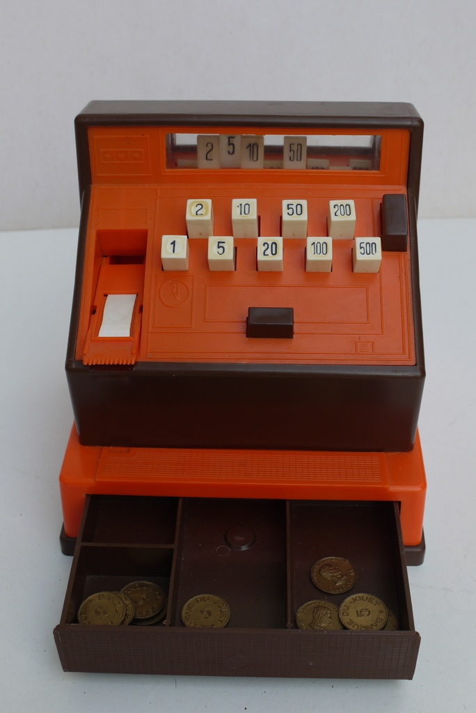 La caisse enregistreuse avec ses pièces en plastique