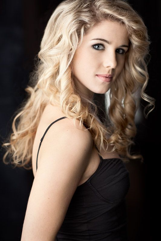 "Emily Bett Rickards plays the role of Felicity Smoak in ""Arrow"" TV series and look at her hair"
