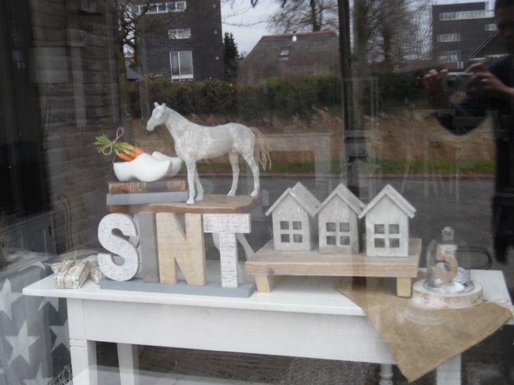 Op de sitetable voor het raam een sintthema....