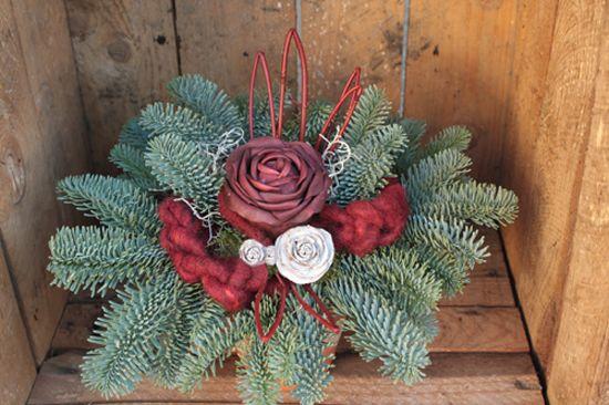 http://holmsundsblommor.blogspot.se/2013/10/gravdekoration.html 131028 Gravdekoration av ädelgran, korallkornell, ull och konstgjorda rosor