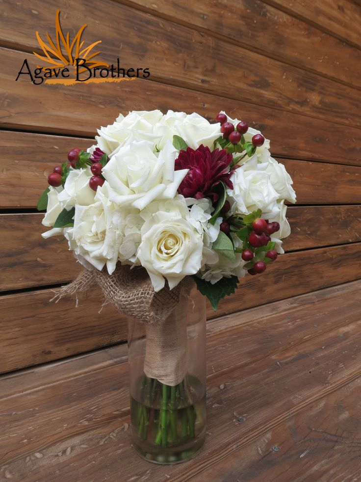 These colors are perfect for Fall and Winter weddings! #agavebrothers #flowers #bouquet