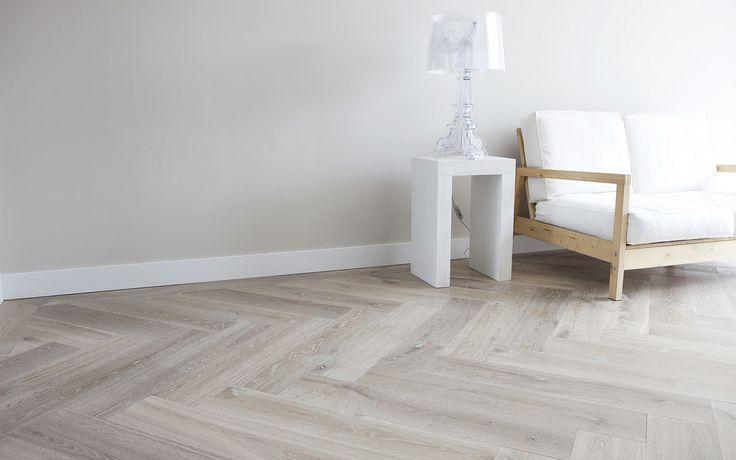Visgraat vloer van eiken houten delen welke behandeld is met een dubbel witte olie. De vloer is gelegd op vloerverwarming. Foto Van Houten Vloeren | Uipkes Houten Vloeren