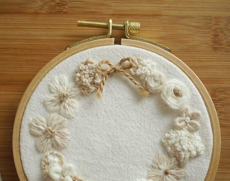 네츄럴한 느낌의 꽃자수🌼 . #꽃자수 #프랑스자수 #서양자수 #입체자수 #embroidery #woolstitch #수틀 #꽃 #자수타그램 #stitch #flower #자수 #handmade #handembroidery#리스#embroideryhoop #stitching #손자수
