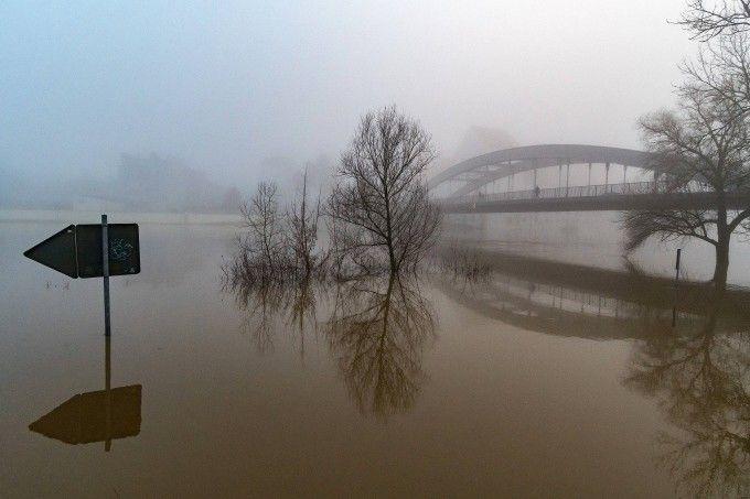 Die Donau ist an der Straubinger Schlossbrücke über die Ufer getreten.