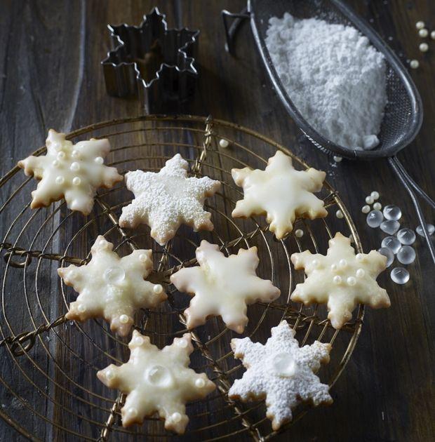 Bag julekager på ingen tid! Shortbreads er lækre julekager, så er hurtige at lave – og så smager de fortryllende med et glas varm gløgg til!