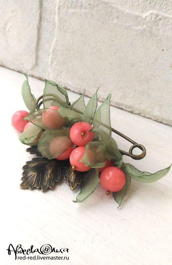 Coral Brooch / Брошь булавка с кораллами. Розовые ягоды в зеленых листьях - брошь с камнями