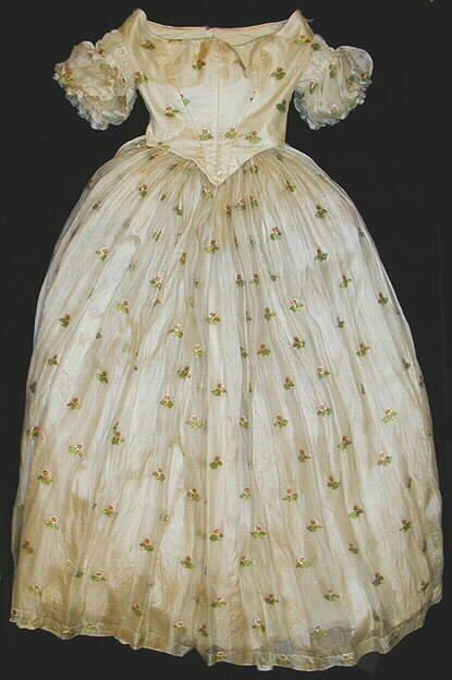 Kaksiosainen leninki on valkoista musliinia, johon on broseerattu pieniä värikkäitä kukanoksia. Niissä toistuu vihreä, punaruskea ja vaaleanpunainen väri... leninki; tanssiaisleninki, 1840-luku | Turun museokeskus | Museo Finna