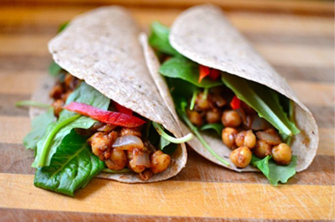 Deze vegetarische wrap met kikkererwten is een lekkere en snelle hap. En de tortillas heb je zo zelf gemaakt, makkelijk en véél lekkerder!