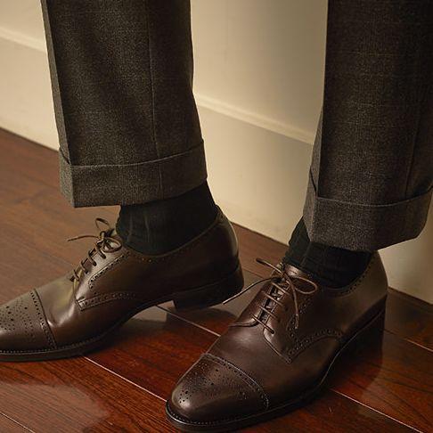 普段仕事でスーツを着ている人は、週5でスーツを着ることになりますよね。 そうするとスーツを最低3着、シャツを5〜10枚、靴を3足は揃えておく必要があります。 スーツ用の靴下も、5〜10足はないとローテを円滑にまわすことができません。 しかもスーツは毎日着るから結構消耗します。 半年か1年くらいで新しいものを買ったりすることになります。 営業職で外回りが多い人などは、買い替えのサイクルがさらに早くなったりするのではないでしょうか。 だから、なるべくコスパが良いものを選びたい。 そう思うのはごく自然なことだと思います。 ただ、スーツ、シャツ、靴についてはなんだかんだで気をつかって選ぶのに、ソックスまではなかなか手が回らなかったりします。 スーツはビシッと決まっているのに、靴下がなんか残念な時ってないですか。 靴は汚れているとみっともないから、忙しくても最低限の手入れはする。でも、靴下はかかとが多少スレていてもついつい履き続けてしまう・・。 で、靴下がちょっと傷んでる時に限って、「え、今日の飲み会お座敷!?」みたいなことになって焦ったり。…