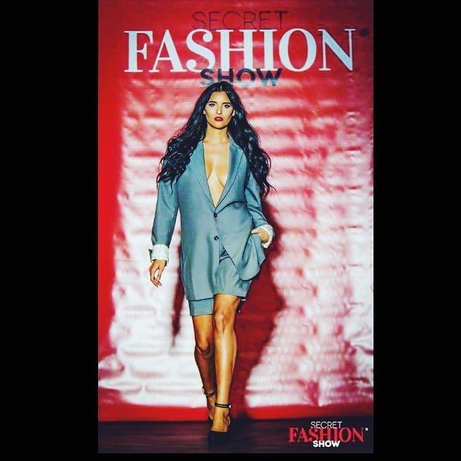 """La tipica Ragazza Italiana"" #BernyCatou #Catouwear #USA #Chicago #Germany #München #Stuttgart #Bietigheim #Fashionshow #Fashion #SecretFashionShow #Fashiongoals #Suit #Gray #Redlips #Modelinaction #Modelina #Napoletana #Frangelico #Haselmaus #Yeswearenuts"