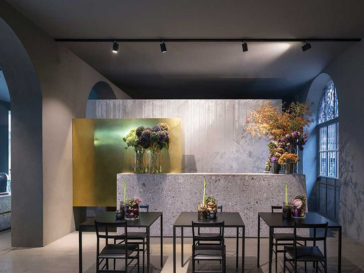 Potafiori is the lovely combination of a florist, a restaurant and a cocktailbar led by jazz artist and florist Rosalba Piccini. Via Salasco 17. #supermodular #milandesignweek