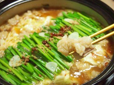 我が家のもつ鍋 |福岡名物のもつ鍋は、スープにたっぷりのニンニクを使うのがポイントです。ぷりぷりの牛ホルモンから溶け出る旨味も絶品!キャベツにゴボウ、ニラなどお野菜も進みます♪