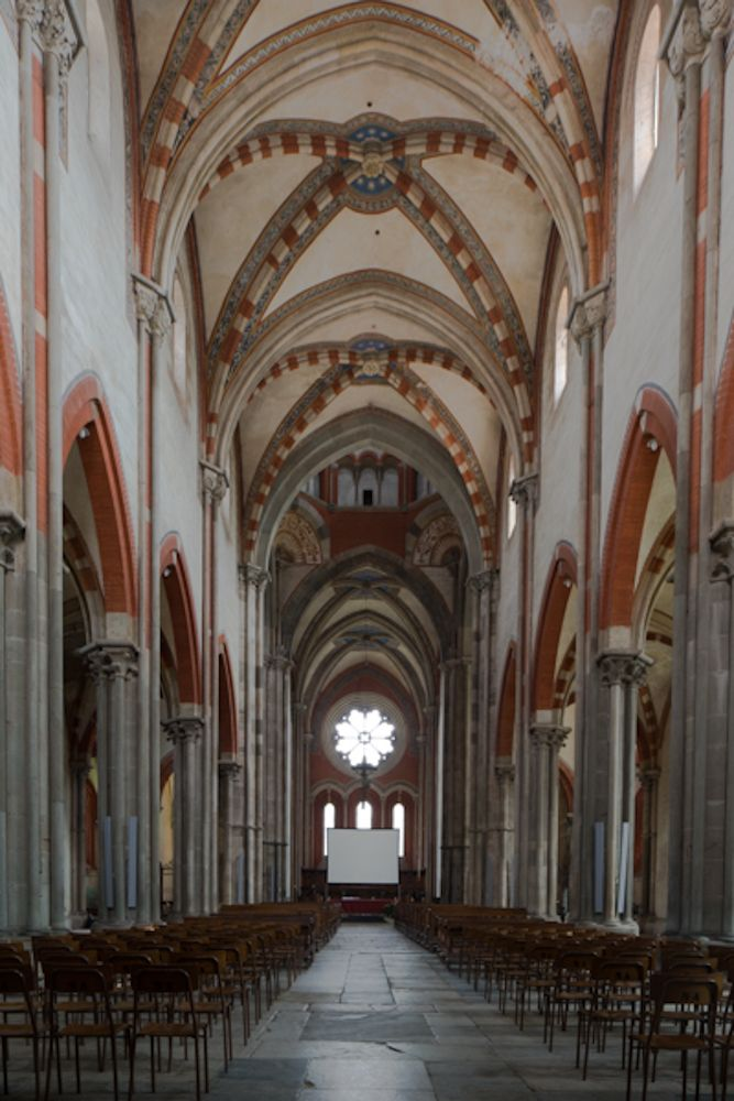 """La maestosità della navata centrale dall'abbazia di Sant'Andrea di Vercelli, che ha ospitato la seconda parte del convegno """"Spirito e Materia"""""""