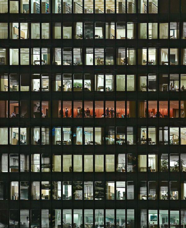 O fotógrafo alemão Michael Wolf investiga a vida caótica e tensa de mega cidades contemporâneas.