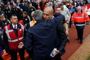 José Mourinho (de dos) et Pep Guardiola, en pleine accolade, avant le derby de…