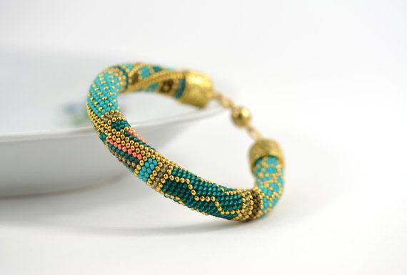 Diese Glasperlen Gehäkelte Armband besteht aus japanischen Rocailles von höchster Qualität - Miyuki: Türkis, blau, Braun, gelb Farben & 24 Karat Gold im modernen geometrischen Stil. Es sieht wie Samarkand - hergestellt aus gold und Türkis, wahnsinnig schön, beheizten durch die verrückte Sonne Usbekistans und bestreut mit dem leichten grauen Staub der Wüste. EINFACH schöne klassische Perlen Armband. KAUFEN SIE JETZT, LIEBE FÜR IMMER! Es ist edel genug, um im Amt zu tragen. GESCHÄFTLICH O...
