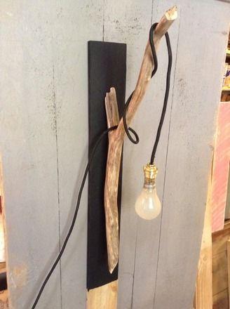 Cette applique est constituée d une planche noire qui devient le support d une branche en bois flotté autour de laquelle s enroule un fil en tissu noir avec ampoule suspendue .am - 8922467