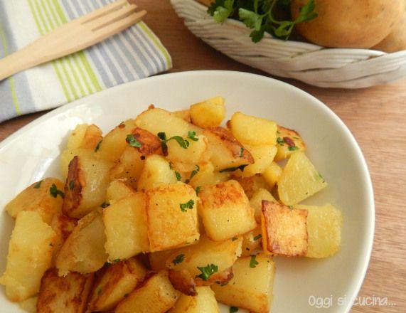 Le patate trifolate sono un contorno semplice e molto saporito, ottimo per accompagnare sia un secondo piatto di carne sia uno di pesce.