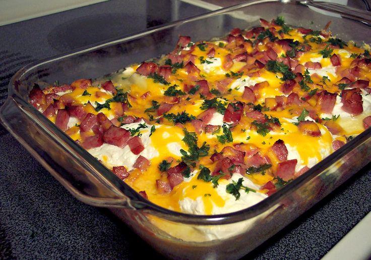 Csirkés rakott tészta tejföllel és ropogós szalonna darabkákkal, laktató étel a hétköznapokra!