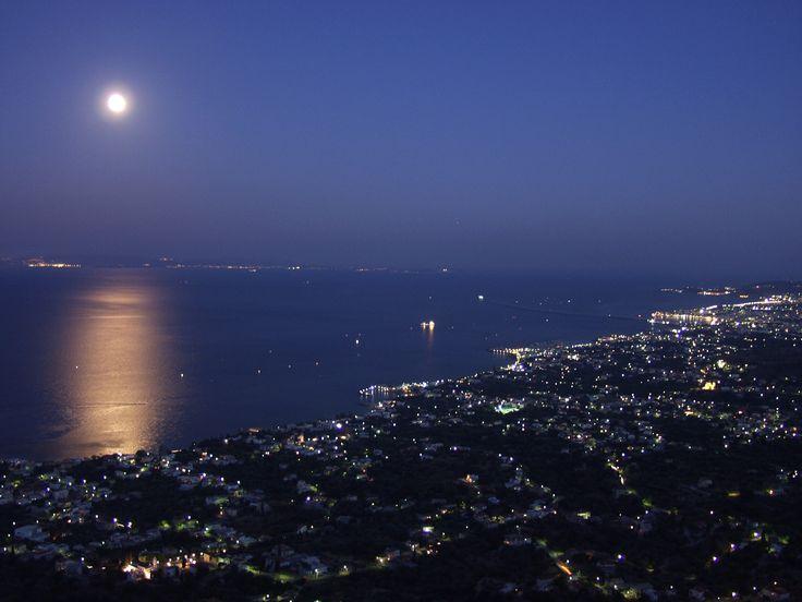 Yunanistan'ın Ege denizine serpilmiş adalarından bize en yakın, dost adası Sakız... Bizden ama bir o kadar da bildiklerimizin aslında ne kadar az olduğunu fark ettiğimiz bir kültür.Ege'nin kuzey-doğusunda, Çeşme'nin tam karşısında, Lesvos (midilli) ve İkaria adaları arasında bulunan Chios'a Çeşme'den 45 dakika gibi kısa bir feribot yolculuğu ile ulaşabiliyoruz. Güzel plajları, zengin bitki örtüsü ve iyi korunmuş ortaçağdan kalma yapılarıyla ada size görülmeye değer pek çok güzellik sunuyor.