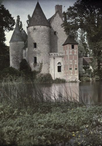 Chevilly, Berry. A scenic side view from the moat of the Chevilly Castle. Photographer: JULES GERVAIS COURTELLEMONT