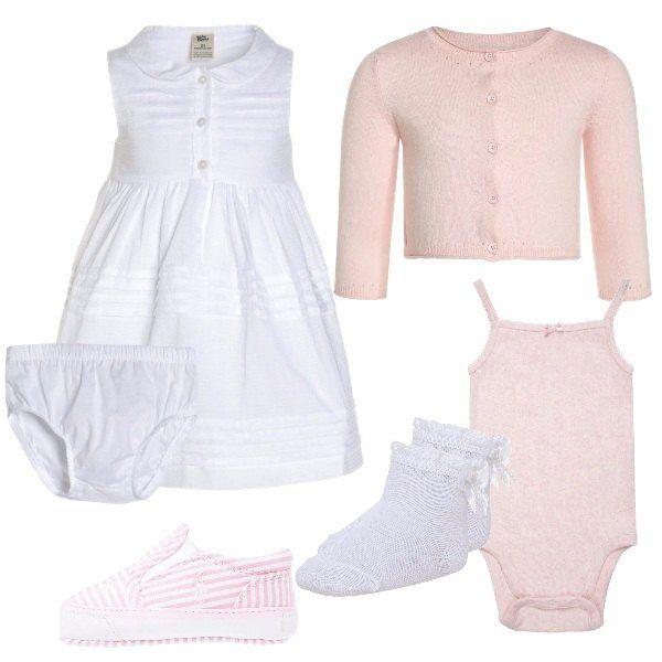 Il look dalla nostra bimba è composto da un vestito bianco con colletto baby e apertura frontale con bottoni, un cardigan rosa e un body Gap tutto 100% cotone. Ai piedi un paio di calzini con fiocco e delle scarpe a righe Polo Ralph Lauren.