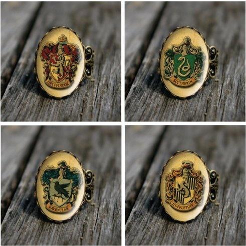 Houses rings.Style Rings, Hogwarts Houses, Vintage Wardrobe, Harrypotter, Class Rings, Harry Potter, House Rings, House Vintage, Vintage Style