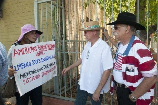Protestan ante consulado mexicano por arribo de inmigrantes indocumentados