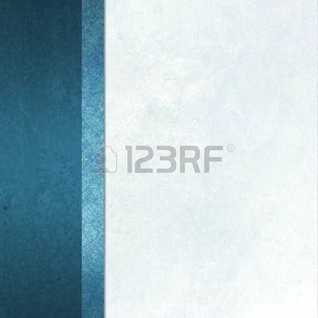 elegante sfondo formale con lo sfondo bianco di carta pergamena leggera con nastro a strisce confine barra laterale di colore blu con texture vintage grunge e copia spazio per brochure o un menu Archivio Fotografico