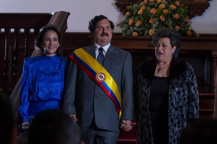 Los hombres de Escobar lo ven muy enfermo pero no saben a dónde llevarlo ya que se encuentran perdidos. Reviva el momento en el cual llegan donde una inocente mujer.